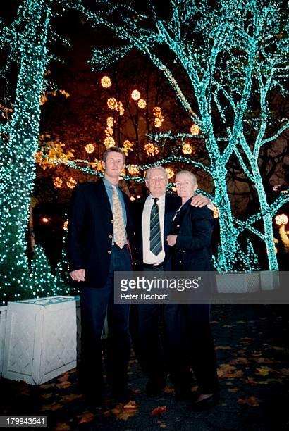 Günter Pfitzmann Ehefrau Lilo Sohn DrRobert Pfitzmann New York USA UrlaubStadtbummel WeihnachtseinkaufWeihnachtslichter Bäume RestaurantTavern in the...
