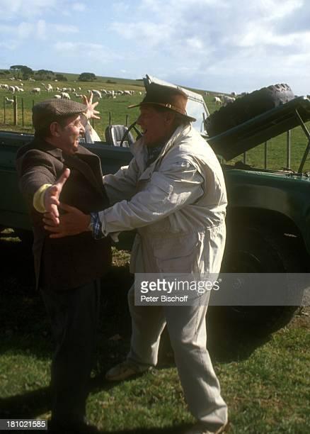 """Günter Pfitzmann, Heinz Schubert, PRO-7-Serie, """"Glückliche Reise"""", Folge 10, """"Neuseeland"""", Farm, Weide, Range-Rover, Jeep, Auto, Motorhaube, Hut,..."""