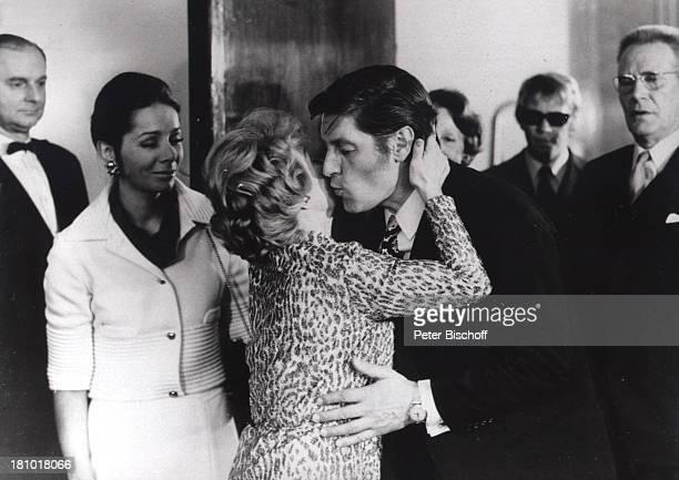 Günter Pfitzmann Inge Meysel Monika Peitsch TVFamilienSerie Die Unverbesserlichen ca 1970 1971 Kuss küssen Schauspieler Schauspielerin Promis...