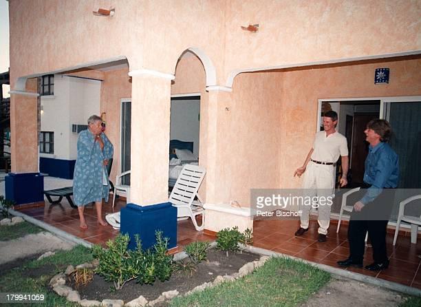 Günter Pfitzmann Söhnen Andreas Robert Tulum/Mexico UrlaubHotel Costa Tankah am Rande der Dreharbeiten zur ARDReihe Klinik unter Palmen