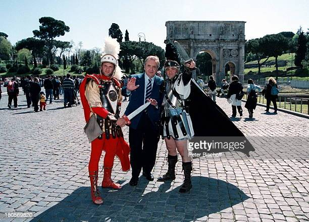 Günter Wewel 2 Gladiatoren Schwerter Uniformen Umhang Piazza del Collosso Rom Italien Platz PN 259/01