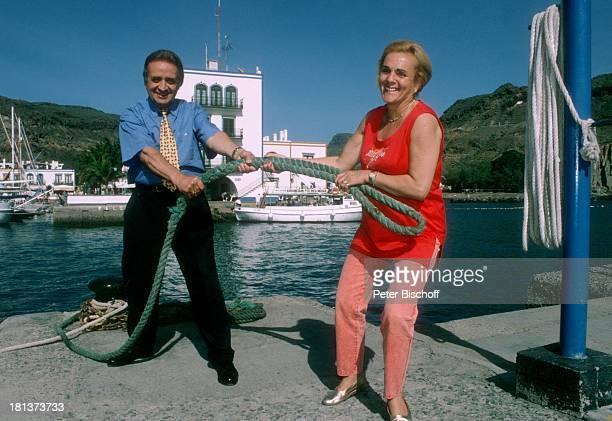 """Günter Wewel, Ehefrau Gisela, am Rande der Dreharbeiten zur ARD-Reihe """"Kein schöner Land"""", Folge: """"Gran Canaria"""", Puerto Mogan, Insel Gran Canaria,..."""
