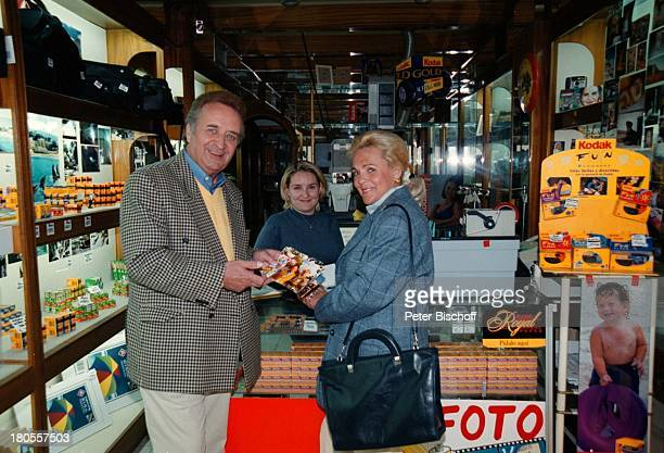 Günter Wewel, Ehefrau Gisela, Puerto de la;Cruz/Teneriffa/ Spanien/ Kanaren/ Kanarische-Inseln, Souveniershop,;Fotogeschäft,