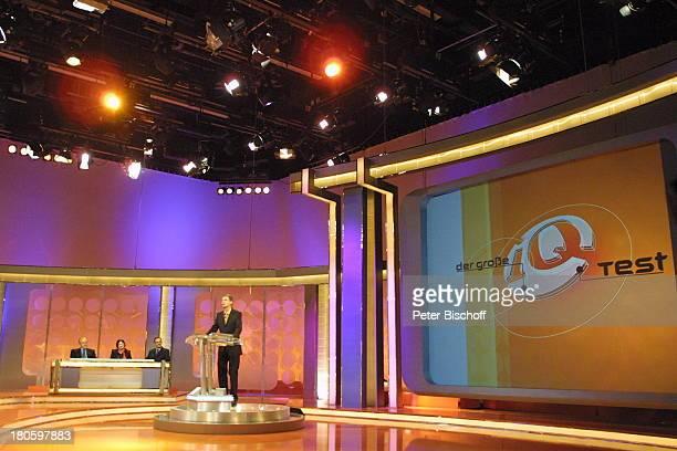 """Günther Jauch, Kandidaten , RTL-Spielshow """"Der grosse IQ-Test"""", Köln, RTL-Studio, Bühne, Ratepult, Studio-Dekoration, Kulisse, Moderator, P-.Nr...."""