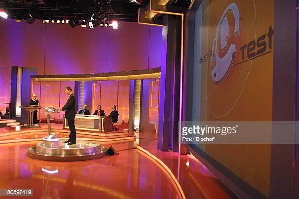 """Günther Jauch, Prominenten-Teams, RTL-Spielshow """"Der grosse IQ-Test"""", Köln, RTL-Studio, Bühne, Fragepult, Studio-Dekoration, Kulisse, Moderator,..."""