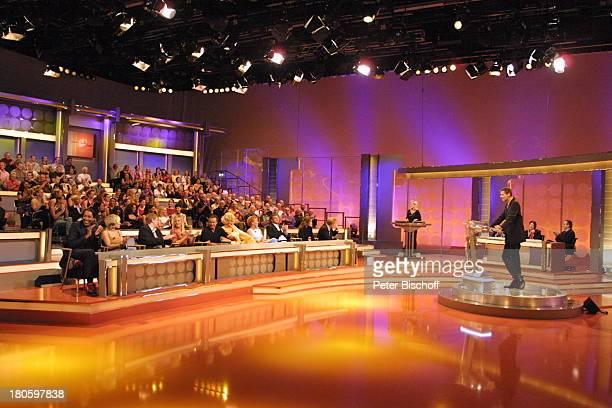 """Günther Jauch, Publikum, RTL-Spielshow """"Der grosse IQ-Test"""", Köln, RTL-Studio, Bühne, Fragepult, Studio-Dekoration, Kulisse, Moderator, P-.Nr. 673/01,"""