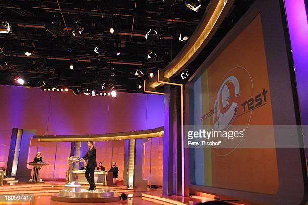 """Günther Jauch, RTL-Spielshow """"Der grosse IQ-Test"""", Köln, RTL-Studio, Bühne, Fragepult, Studio-Dekoration, Kulisse, Moderator, P-.Nr. 673/01,"""