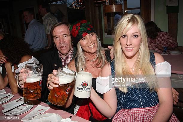 Günther Netzer Mit Ehefrau Elvira Und Tochter Alana In Käfer'S Wiesnschänke Auf Dem Oktoberfest In München Am 220907