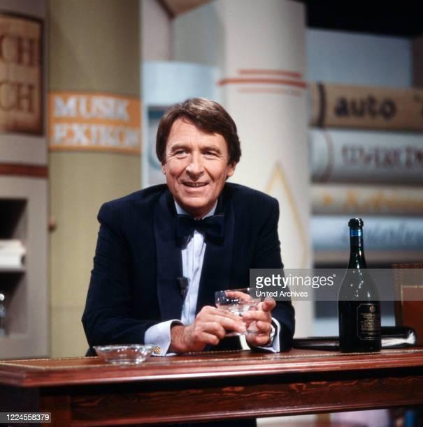 Günther Schramm, German actor, radio play speaker, dubbing artist, television presenter, cabaret artist and singer in the ZDF show 'Erkennen Sie die...