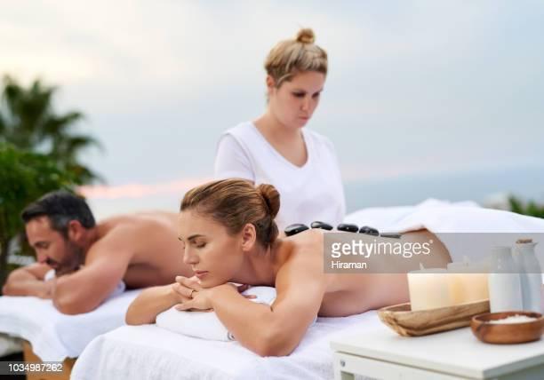 aller et détendez-vous! - massage couple photos et images de collection