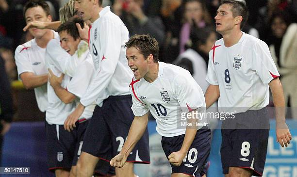 Goal scorer Michael Owen of England celebrates with team mates during the International friendly match between England and Argentina at the Stade de...