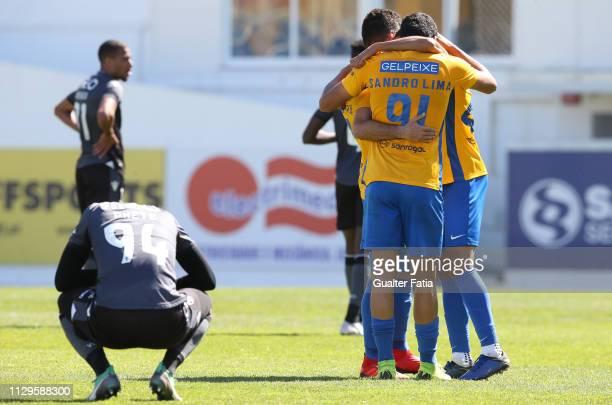 Goal scorer Sandro Lima of GD Estoril Praia celebrates the victory with teammates at the end of the Ledman Liga Pro match between GD Estoril Praia...