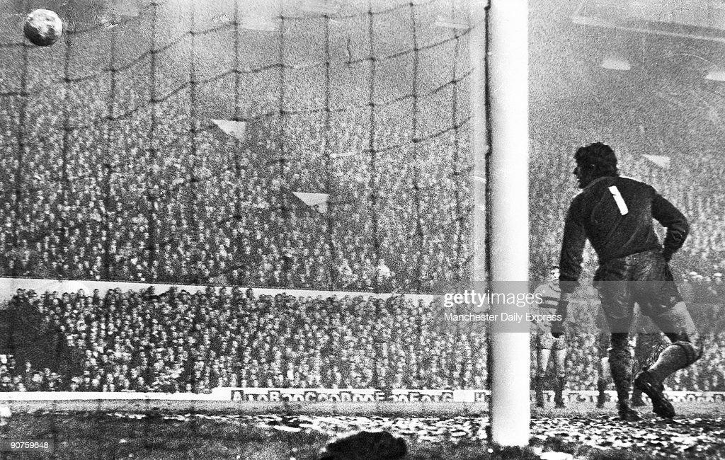 Liverpool goal, 28 November 1971. : News Photo