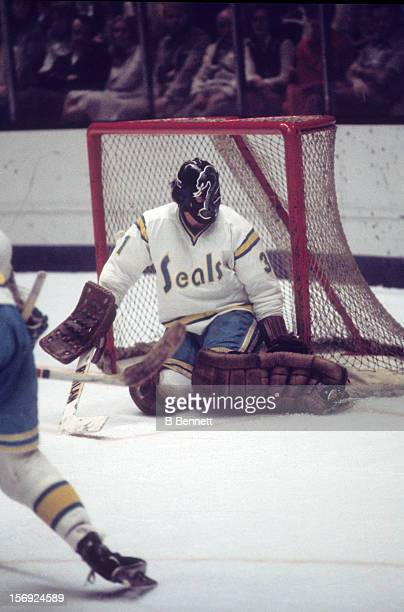 Goalie Gary 'Cobra' Simmons of the California Golden Seals defends the net during an NHL game against the Montreal Canadiens on March 19 1976 at the...