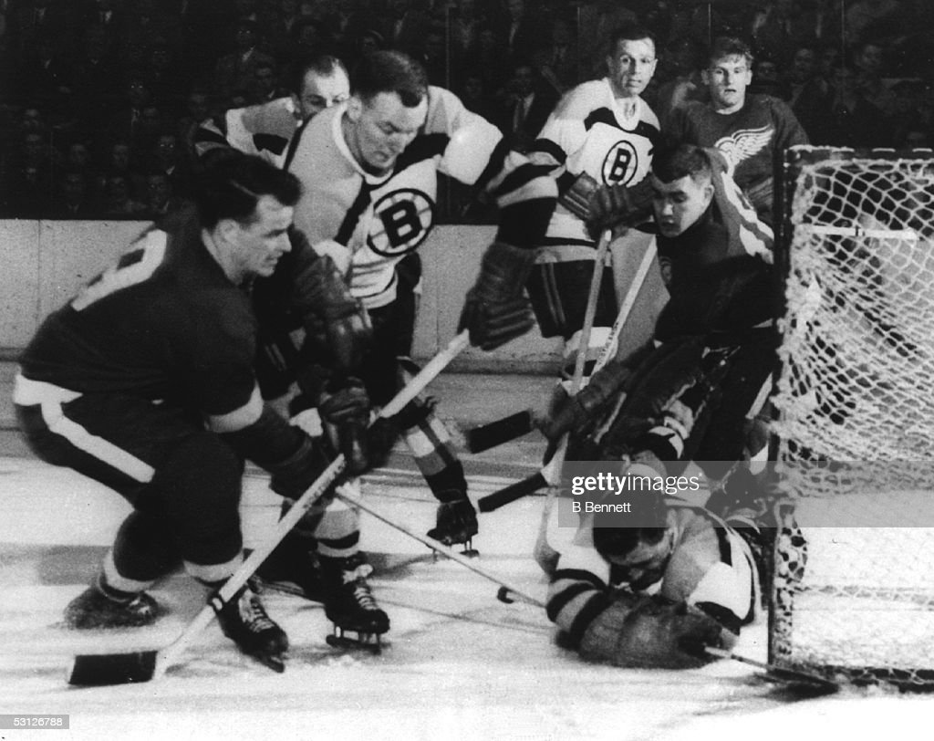 1953 Division Semi Finals - Game 6:  Detroit Red Wings v Boston Bruins : News Photo