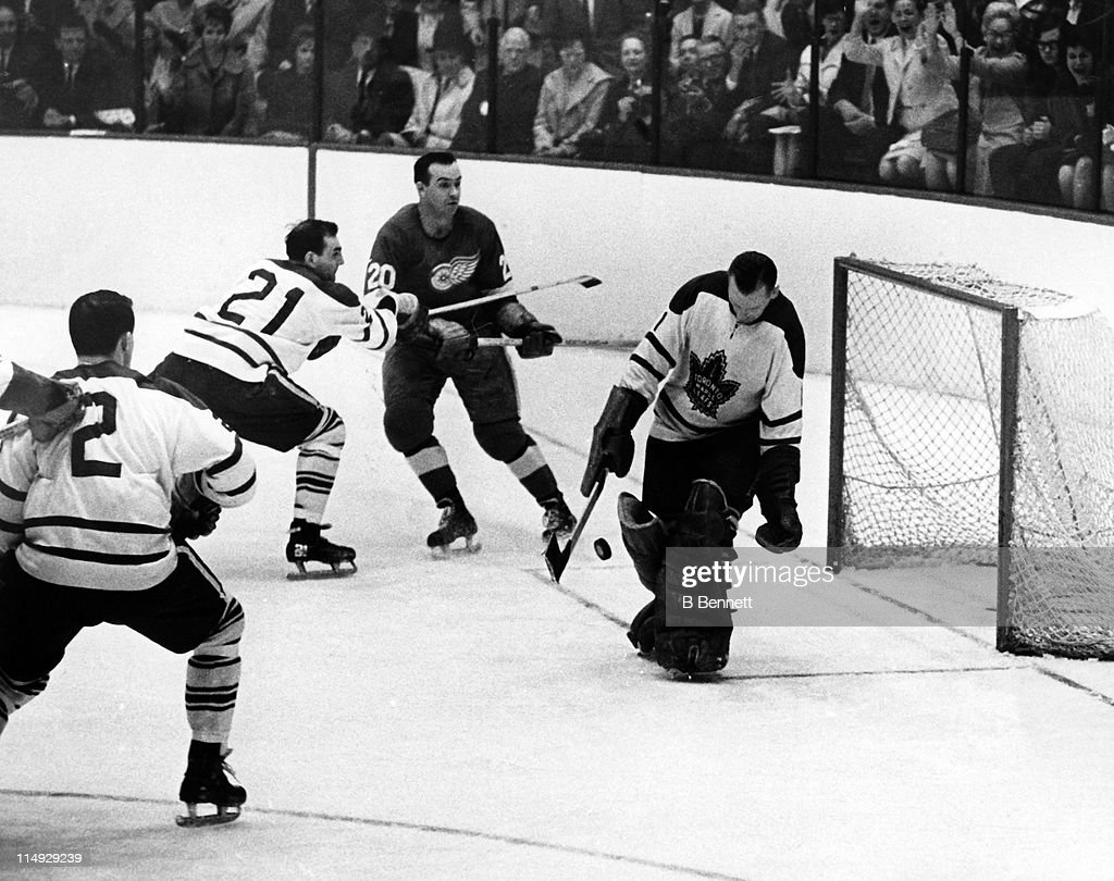 1964 Stanley Cup Finals - Game 6:  Toronto Maple Leafs v Detroit Red Wings : News Photo
