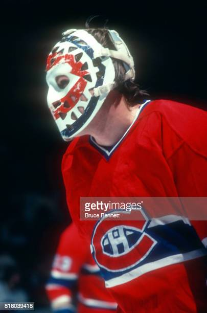 Goalie Ken Dryden of the Montreal Canadiens defends the net during an NHL game against the New York Islanders circa 1978 at the Nassau Coliseum in...