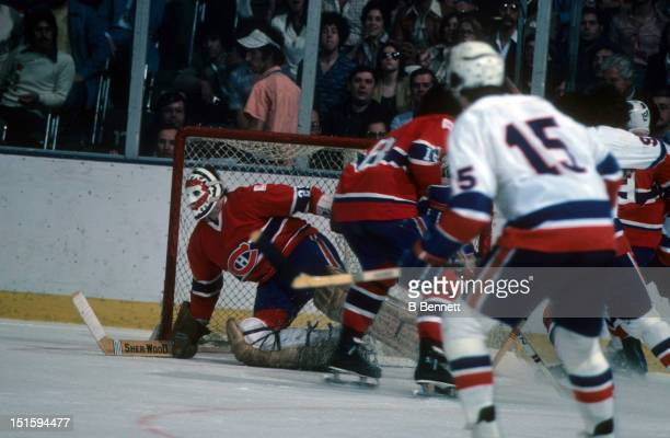 Goalie Ken Dryden of the Montreal Canadiens looks for the puck during an NHL game against the New York Islanders circa 1978 at the Nassau Coliseum in...