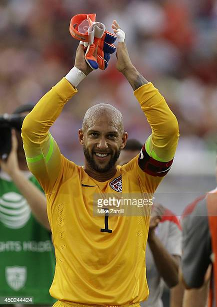 Goalie Tim Howard of the United States acknowledges the crowd after the international friendly match against Nigeria at EverBank Field on June 7,...
