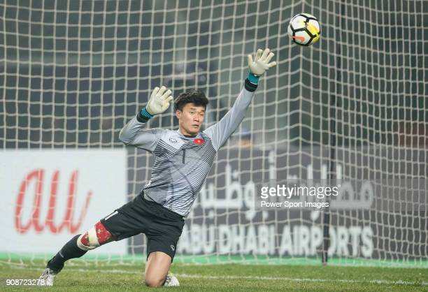 Goalkeeper Bui Tien Dung of Vietnam reaches for the ball after an attempt at goal by Iraq during the AFC U23 Championship China 2018 Quarterfinals...