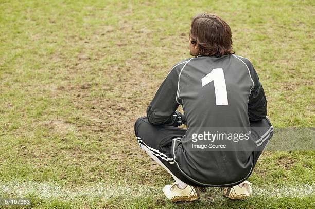 goalkeeper crouching - camisa de futebol - fotografias e filmes do acervo