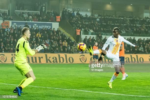 goalkeeper Fehmi Mert Gunok of Istanbul Medipol Basaksehir FK Henry Onyekuru of Galatasaray SK during the Turkish Spor Toto Super Lig match between...