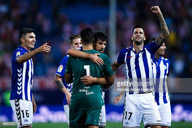 Goalkeeper Fernando Pacheco of Deportivo Alaves celebrates his teammates their tie after the La Liga match between Club Atletico de Madrid and...