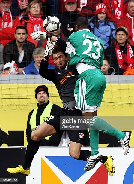 Goalkeeper Heinz Mueller of Mainz is challenged by Grafite of Wolfsburg during the Bundesliga match between FSV Mainz 05 and VfL Wolfsburg at the...