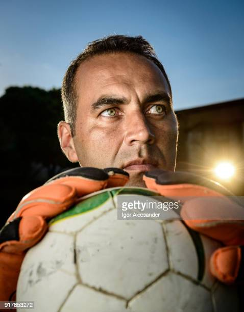 ゴールキーパー サッカー ボールを保持しています。
