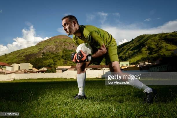 ゴールキーパーのトレーニングでサッカー ボールを保持