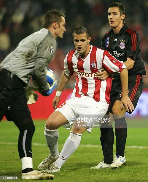 Goalkeeper Ivan Randjelovic and Djordje Tutoric of Belgrade and Miroslav Klose of Bayern action during the UEFA Cup group F match between Crvena...