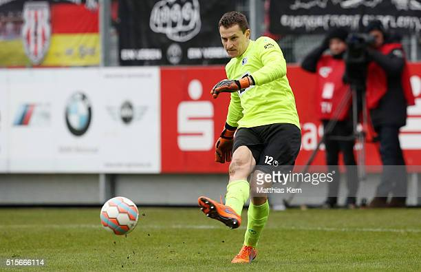 Goalkeeper Jan Glinker of Magdeburg runs with the ball during the third league match between FC Energie Cottbus and 1.FC Magdeburg at Stadion der...