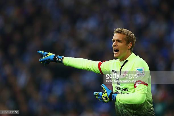 Goalkeeper Jonas Lossl of FSV Mainz 05 gives team mates instructions during the Bundesliga match between FC Schalke 04 and 1 FSV Mainz 05 at...