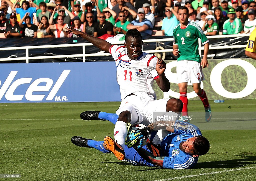 Goalkeeper Jonathan Orozco #1 of Mexico grabs the ball away from Cecilio Waterman #11 of Panama during the first round of the 2013 CONCACAF Gold Cup at the Rose Bowl on July 7, 2013 in Pasadena, California.