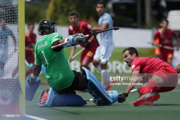 Goalkeeper Juan Vivaldi of Argentina blocks the attack of Alvaro Iglesias of Spain during the Men's FIH Field Hockey Pro League match between Spain...
