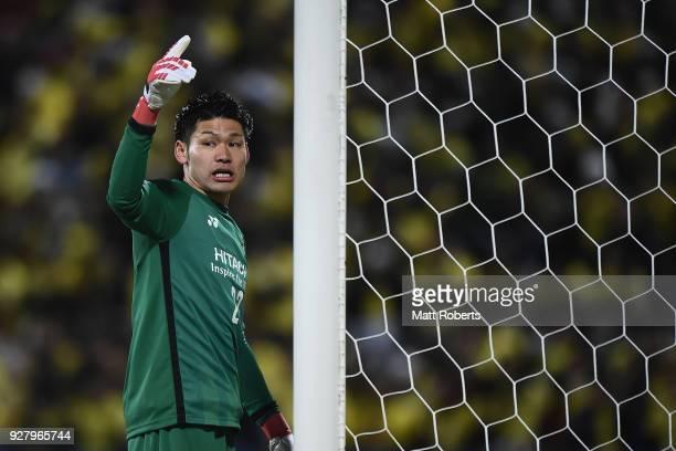 Goalkeeper Kosuke Nakamura of Kashiwa Reysol signals during the AFC Champions League Group E match between Kashiwa Reysol and Kitchee at Sankyo...