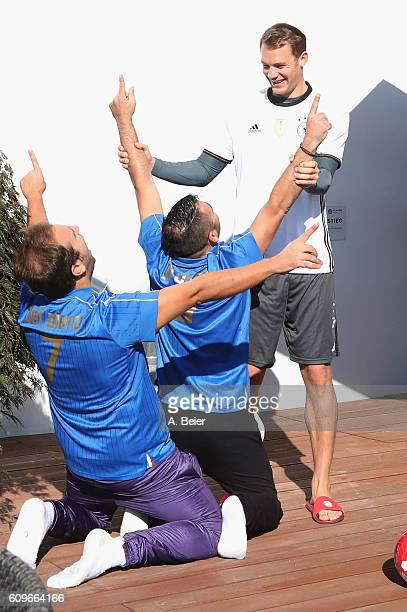 Goalkeeper Manuel Neuer of FC Bayern Muenchen jokes with Italian comedians Pio and Amedeo of Emigratis before a training session at Saebener Strasse...