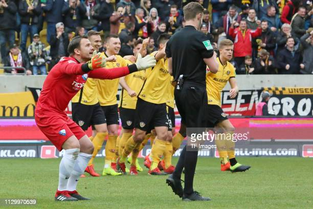 Goalkeeper Manuel Riemann of VfL Bochum 1848 gestures during the second Bundesliga match between Dynamo Dresden and VfL Bochum 1848 at...