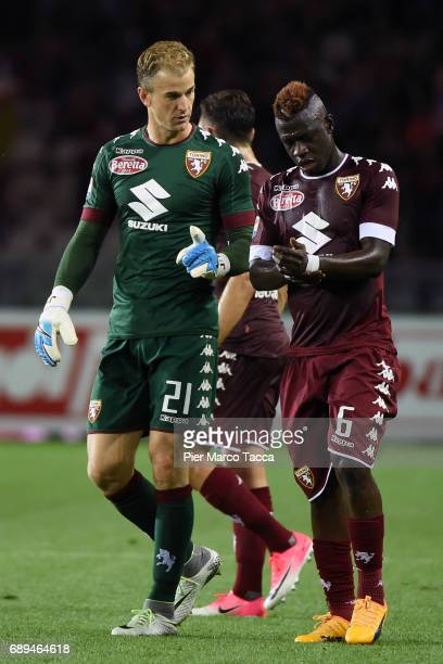 Goalkeeper of FC Torino Joe Hart gestures with Afriyie Acquah of FC Torino during the Serie A match between FC Torino and US Sassuolo at Stadio...
