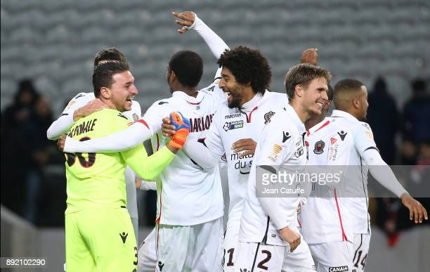 Goalkeeper of OGC Nice Yoan Cardinale celebrates the victory with Bonfim Dante, Arnaud Souquet and teammates following the penalty shootout during...