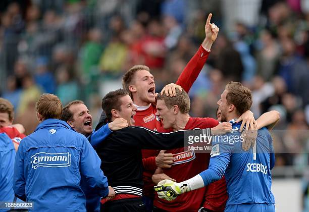 Goalkeeper Oliver Baumann of Freiburg and teammates celebrate victory after the Bundesliga match between SpVgg Greuther Fuerth and SC Freiburg at...