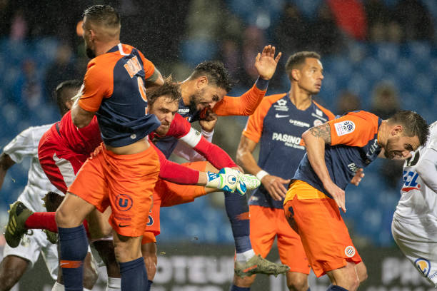 MHSC -EQUIPE DE MONTPELLIER -LIGUE1- 2019-2020 - Page 3 Goalkeeper-regis-gurtner-of-amiens-punches-clear-while-challenged-by-picture-id1191134490?k=6&m=1191134490&s=612x612&w=0&h=1yMGChPXyO2j6r5HB4UL0kH9bLPT8xIJz4HQCTZFUmo=