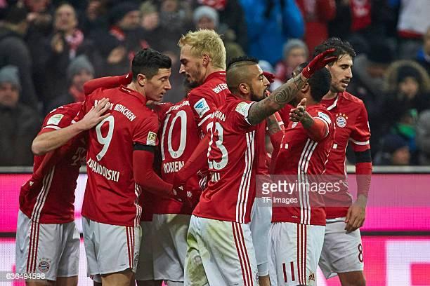 Goalkeeper Robert Lewandowski of Muenchen Mats Hummels of Muenchen Arturo Vidal of Muenchen Douglas Costa of Muenchen and Javi Martinez of Muenchen...