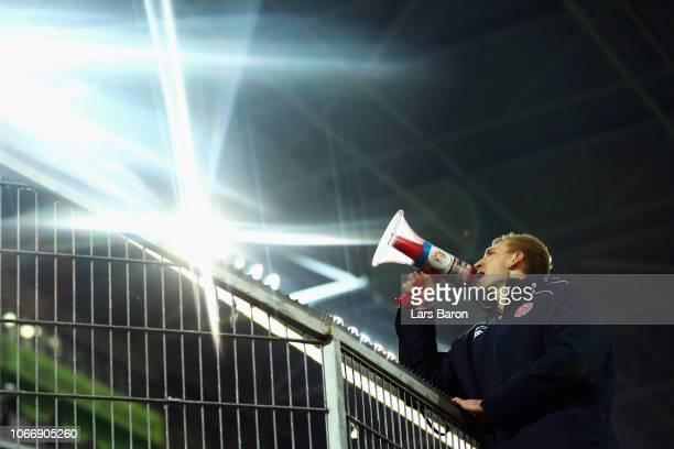 Goalkeeper Robin Zentner of FSV Mainz celebrates with the fans after wiining the Bundesliga match between Fortuna Duesseldorf and 1 FSV Mainz 05 at...
