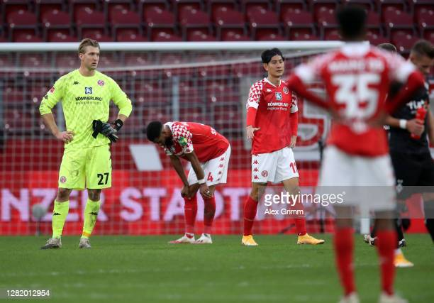 Goalkeeper Robin Zentner of Mainz and teammates react after the Bundesliga match between 1 FSV Mainz 05 and Borussia Moenchengladbach at Opel Arena...