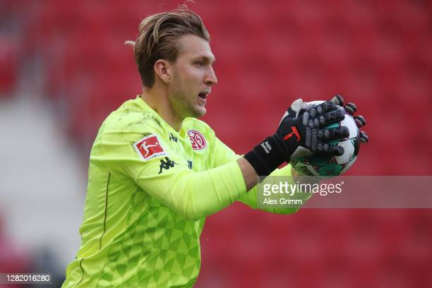 Goalkeeper Robin Zentner of Mainz catches the ball during the Bundesliga match between 1 FSV Mainz 05 and Borussia Moenchengladbach at Opel Arena on...