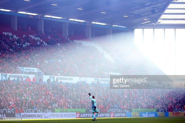 Goalkeeper Robin Zentner of Mainz reacts during the Bundesliga match between 1. FSV Mainz 05 and Sport-Club Freiburg at Opel Arena on January 18,...