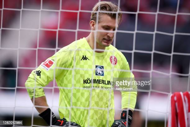 Goalkeeper Robin Zentner of Mainz reacts during the Bundesliga match between 1 FSV Mainz 05 and Borussia Moenchengladbach at Opel Arena on October 24...