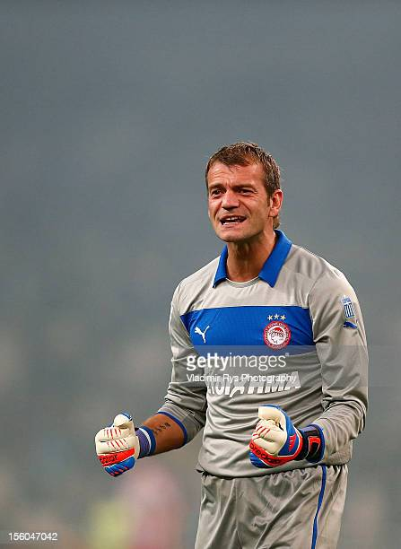 Goalkeeper Roy Carroll of Olympiacos celebrates after his team's third goal is scored by team-mate Kostas Mitroglou, during the Superleague match...