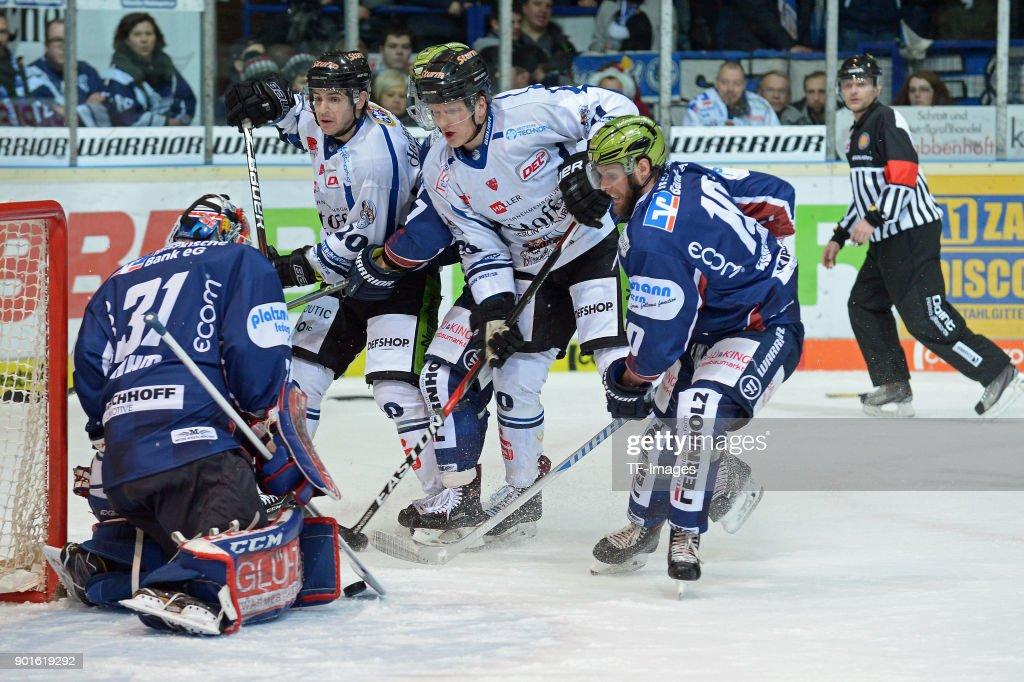 Iserlohn Roosters v Straubing Tigers - Deutsche Eishockey Liga